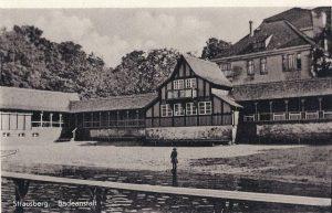 Altes schwarz-weiß Bild der Seebadeanstalt, Blick auf das Gebäude