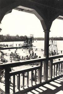 Altes schwarz-weiß Bild der Seebadeanstalt, Blick aufs Wasser