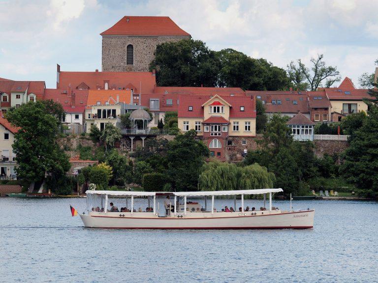 Fahrgastschiff Annemarie auf dem Straussee mit Ansicht der Altstadt und Kirche von Strausberg