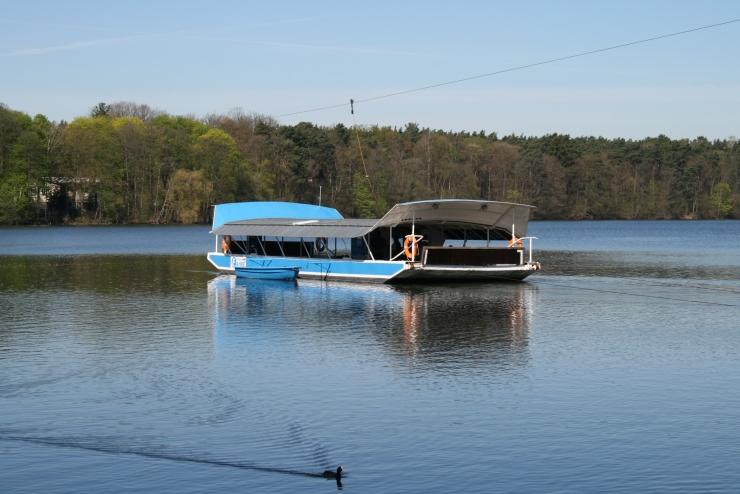 Strausseefähre auf dem Straussee, im Hintergrund das bewaldete Ufer