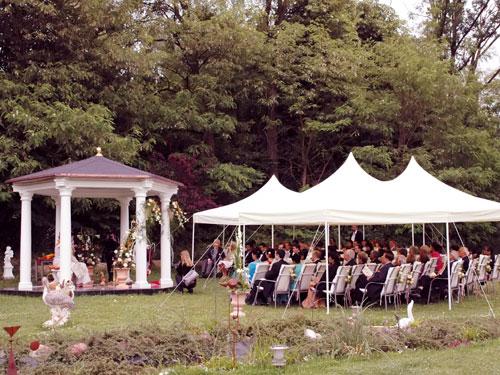 """romantischer Pavillon des Hotels """" The Lakeside"""" mit Zeltüberdachung für die Hochzeitsgäste"""