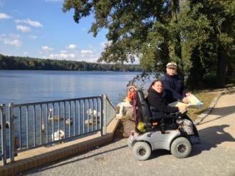 Rollstuhlfahrerin am Straussee, Foto