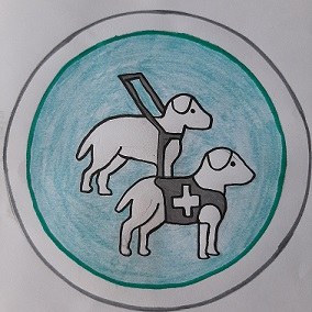 2 Assistenzhunde einer mit Führgeschirr als Blindenhund und einer mit Kenndecke